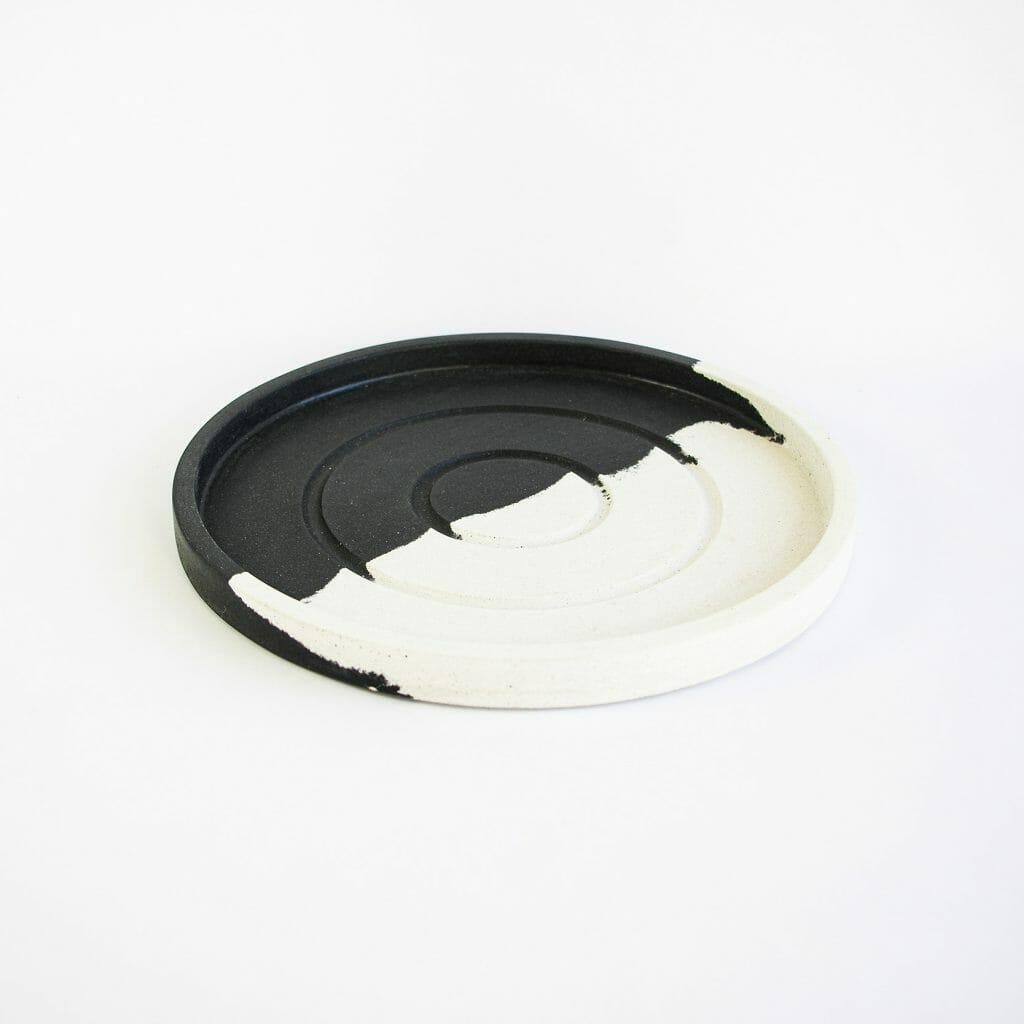 large-round-tray-in-monochrome